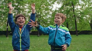 piccoli bambini in età prescolare divertirsi con le bolle