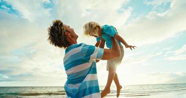 Vater Sohn hat Spaß am Strand video