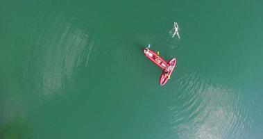 amigos se divertindo em canoa no rio mreznica, croácia video