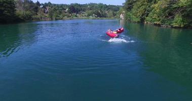 junge Freunde, die Spaß haben, Kanu zu paddeln und in den Fluss zu springen