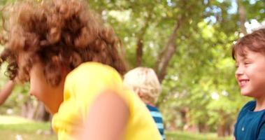amici bambini felici divertendosi con i coriandoli in un parco