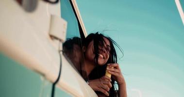 hipster giovane ragazza adulta divertirsi con le bolle in furgone vintage video