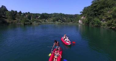 Luftaufnahme von Freunden, die Spaß haben, Kanu zu paddeln