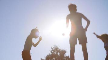 gruppo di bambini che si divertono a saltare sul trampolino all'aperto