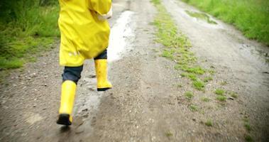 ragazzo che corre fuori dopo la pioggia