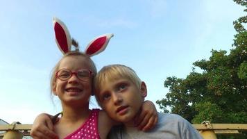 chica con orejas y gafas y chico con pelo blanco divertido hablando sobre el fondo de cielo azul.