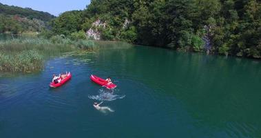 Freunde, die Spaß im Kanu auf mreznica Fluss, Kroatien haben