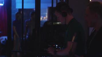 DJ girando na plataforma giratória. homem tocar saxofone. festa na boate. feriados
