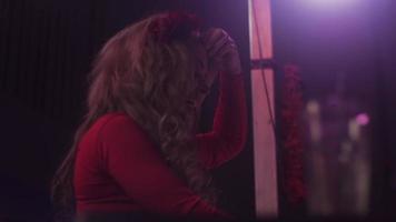 dj fille en robe rouge tournant au plateau tournant en discothèque. performance. dansant