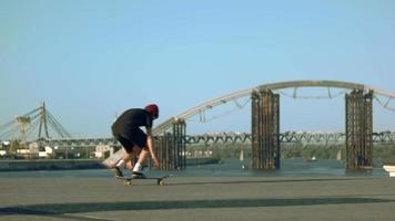Skater macht einen Trick.