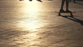 Beine führen Skateboard-Trick aus.