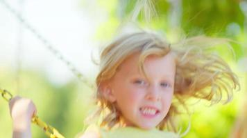 junges blondes Mädchen, das draußen schwingt