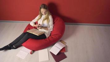 persistente jovem estudante estudando