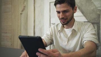 Retrato de hombre usando la aplicación en la pantalla de la tableta táctil video