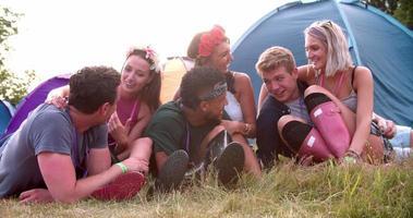 Amigos divirtiéndose en el camping en un festival de música.