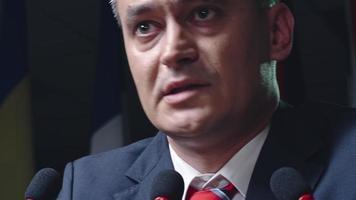 político falando diante da audiência video