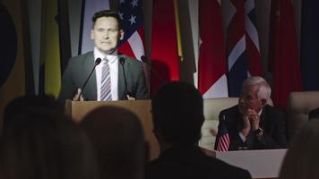 político em reunião com público video