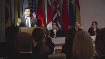 discurso impactante de político confiante video