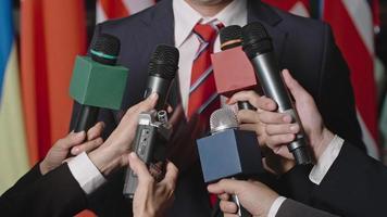 dando entrevista após debates video