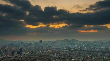 lapso de tempo de nuvens escuras na paisagem urbana em seul, Coreia do Sul.