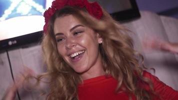 dj fille en robe rouge tournant au plateau tournant en discothèque. mouvements des mains