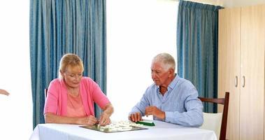 älteres Paar, das Rätsel spielt