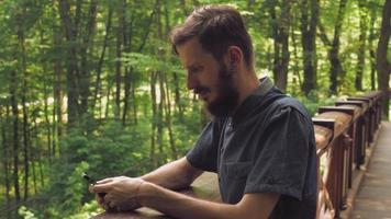 SMS homme sur la cellule du forestier