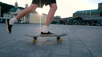Beine reiten auf einem Skateboard.