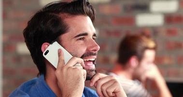feliz, hipster, hombre, en el teléfono