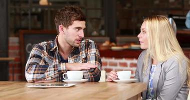 amigos hipster sonrientes tomando un café