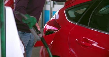 Hombre impaciente repostando un coche en una gasolinera video