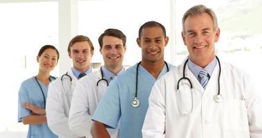 squadra medica incrociando le braccia e guardando la fotocamera