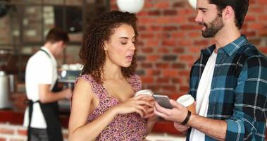 sorridenti amici hipster discutendo su uno smartphone