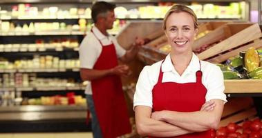 trabajador sonriente delante de su colega