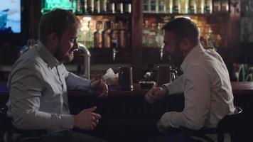 compañeros de trabajo sentados en la barra del bar video
