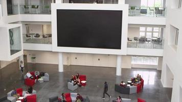 Overhead-Handheld-Neigungsaufnahme des Atriums und der Lobby der Universität, aufgenommen auf r3d