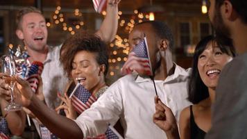 Freunde feiern den 4. Juli auf einer Party in einer Bar