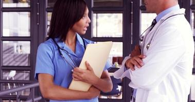 sorridente medico parlando con la sua infermiera