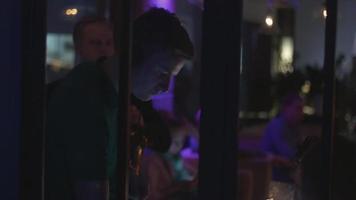 DJ girando na plataforma giratória na festa na boate. desempenho. saxofonista