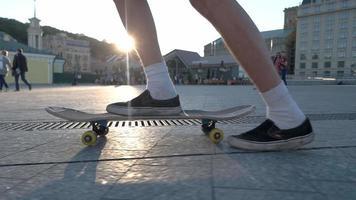 Beine reiten auf Skateboard.