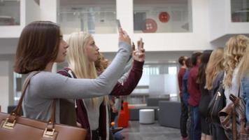 estudantes universitários levantando telefones em uníssono para tirar uma foto video