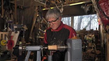 formas de corte de torneiro de madeira em madeira video