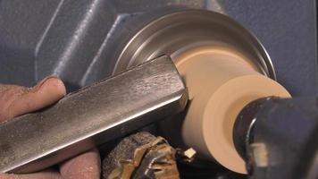 tornero de madera cortando formas en madera