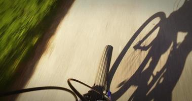 sombra de ciclista no caminho video