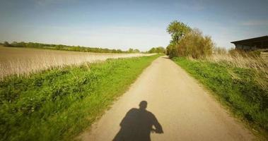 ombre cycliste sur le chemin