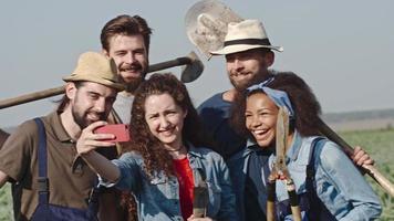 jovens agricultores tirando selfie no campo video