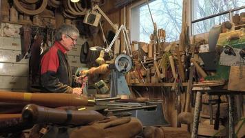 Tourneur sur bois découpant des formes en bois