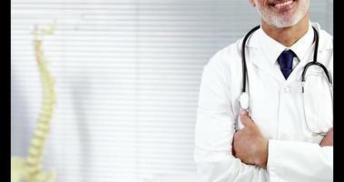 ritratto di un medico sorridente con le braccia incrociate video