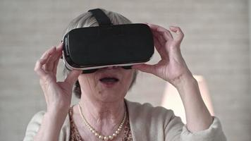 vecchia donna in cuffia vr ballando con eccitazione video