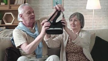 curiosa pareja de ancianos experimentando la realidad virtual